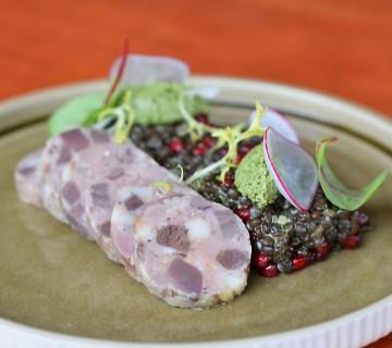 Gänsepastete mit Linsensalat, Granatapfel und grüne Kräuter